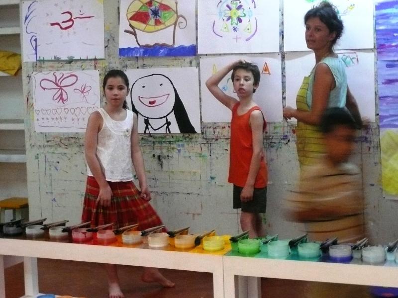 Photographer:Chloé   Seance du jeu de peindre avec Sandrine a droite