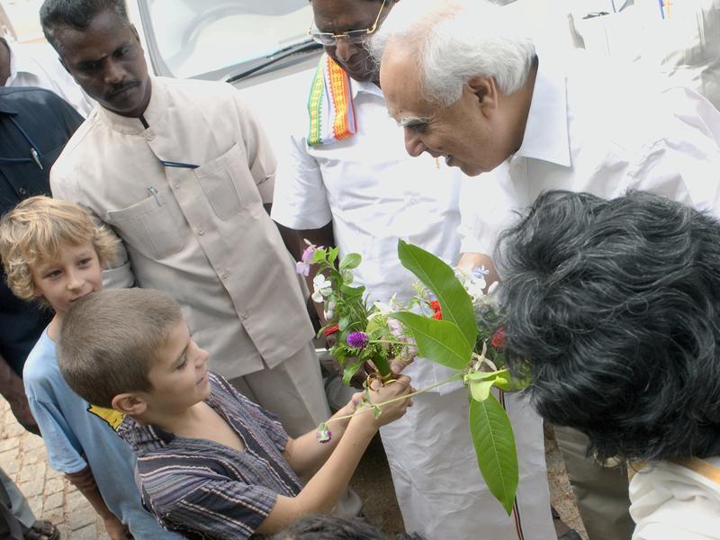 Photographer:Giorgio   Shir Kapil Sibal and Auroville children