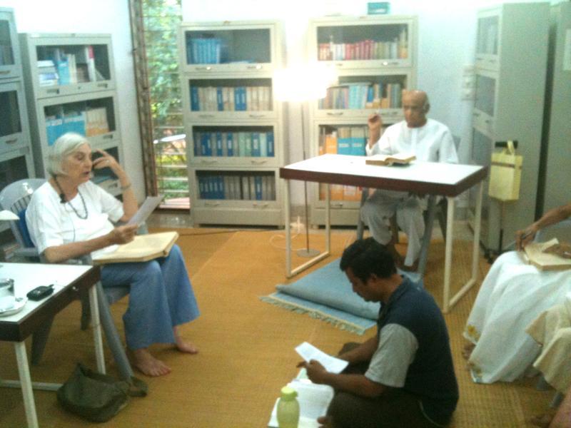 Photographer:Savitri Bhavan Team   Shraddhavan giving commentary on the text