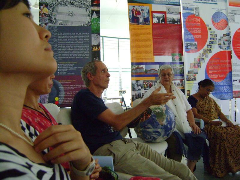 Photographer:Miriam   B explaining his view