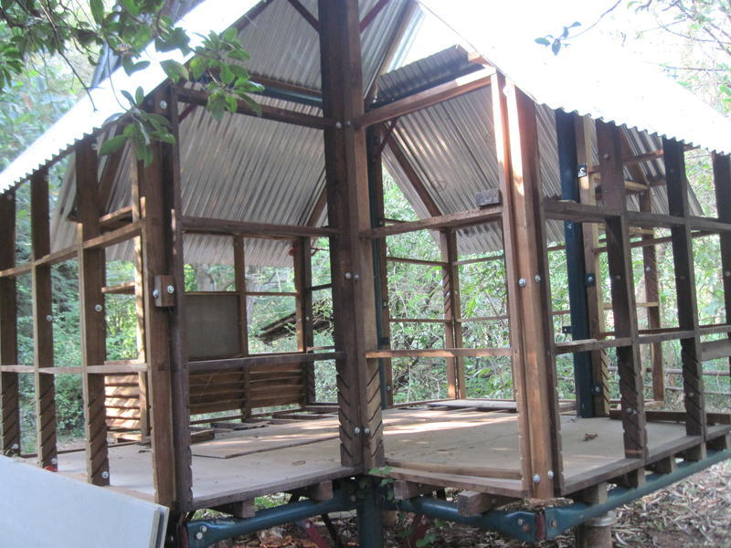 Photographer:Marlenka | De-mountable house built by Johnny in the Auroville's forest.