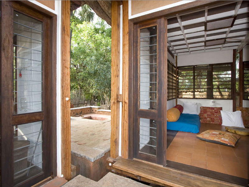 Photographer:Check out http://thelivinghouse.info/index.html | Living space with a sneak to the outside sitting area