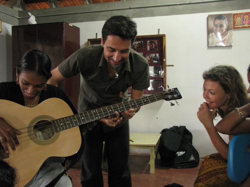 Photographer:Montse | Paolo teaching to play the bass