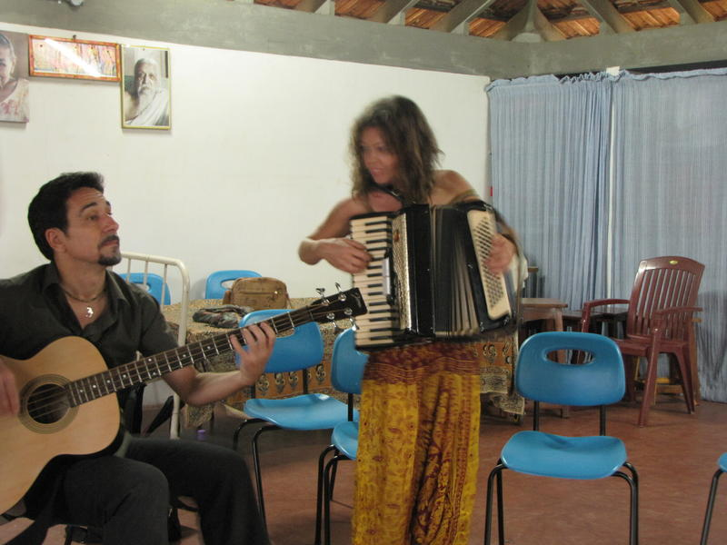 Photographer:Montse | Ludovica and Paolo performing gypsy rhythms