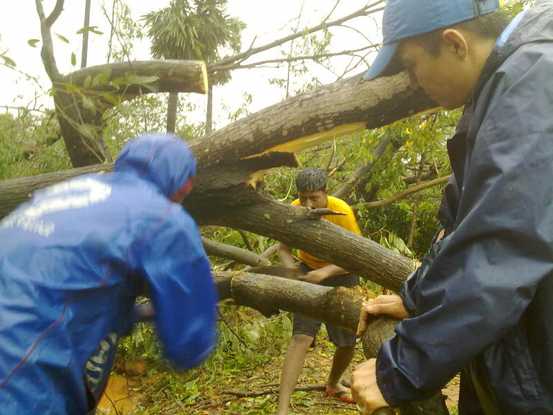 Photographer:Andrea   Self organizeg group of residets started to clean the roards the same day of the Cyclone