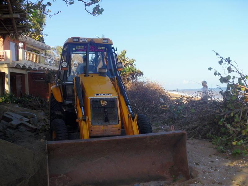 Photographer:Andrea   The Auroville Cyclone Relief & Rehabilitation Team