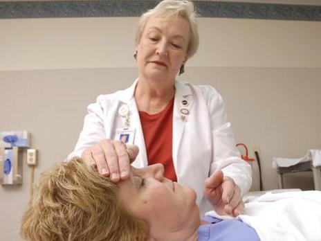 Photographer:University of Cincinnati | nurse Judy Bowers practices Healing Touch
