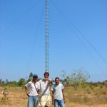 Jorge poses with two Nepalese volunteers in front of a finished turbine
