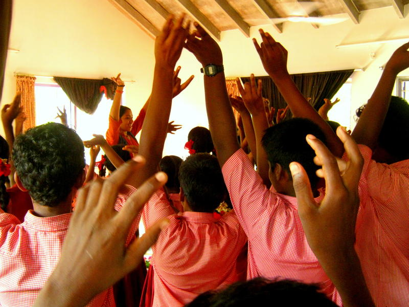 Photographer:Maria | Archana dances with the students at the end of her performance