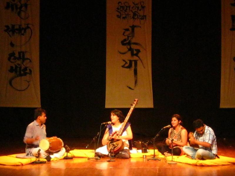 Photographer:Maria | The audience dances with Shabnam Virmani's music