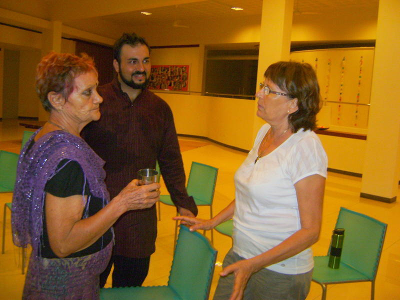 Photographer:Andi | Rabia speaks with Anandi and Jaya, the event organizer after meditation.