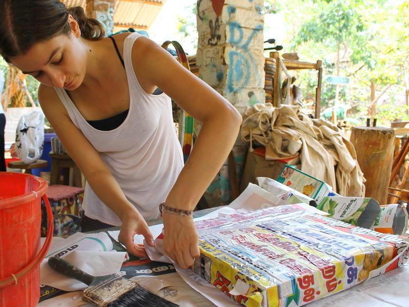 Photographer:Julie | Les panneaux sont recouverts de journaux ou posters.