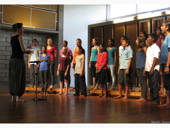 Photographer:Ireno Guerci | Nuria conducting the Auroville Youth Choir