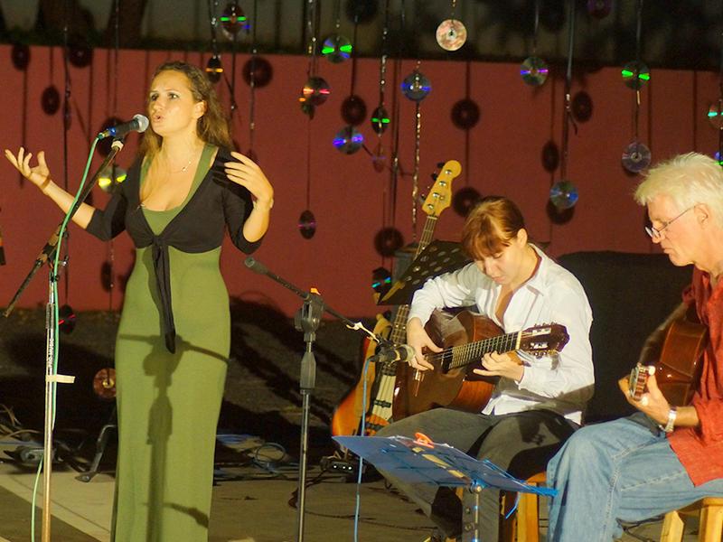Photographer:Giorgio Molinari | Anna Taj, Victoria on electric guitar and Rol on Bass.