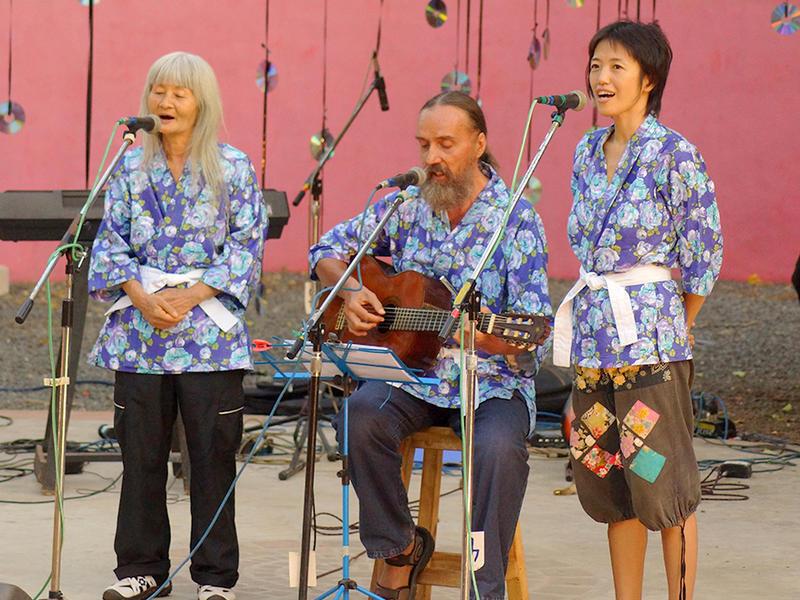 Photographer:Giorgio Molinari | Ananda on guitar accompanying the 2 members of the Japanese group.