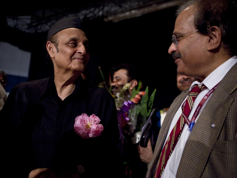 Photographer:Andrea Kunkl | Dr. Karan Singh and the director of the Jipmer Hospital