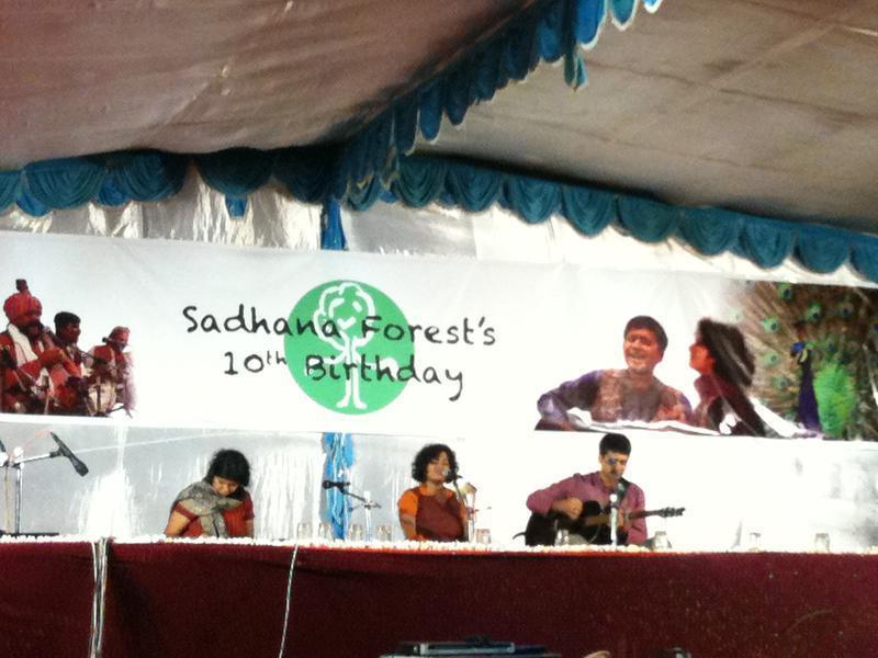 Photographer:Boobalan | Bindu Narayanaswamy  singing songs in center