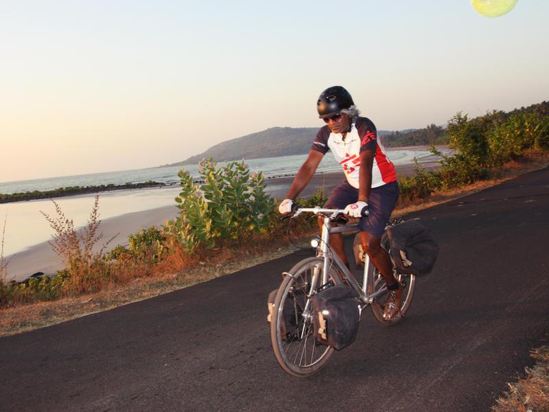 Photographer:Unnicycles_MSF | Dr Unni Karunakara rides from Murud to Harnai, in Maharashtra, 9 December 2013