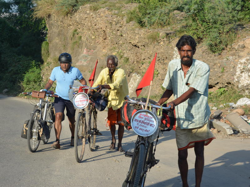 Photographer:Unnicycles_MSF | Dr Unni engaging with pilgrims on their way to Vaishnodevi