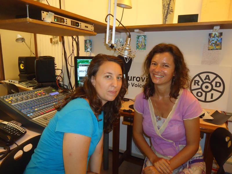 Photographer:Renu | Chloé et Sandrine dans le studio d'Auroville Radio