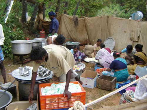 Photographer:www.auroville.org (old)   Food at the relief camp