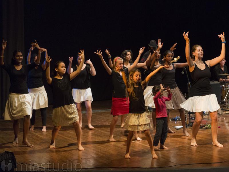 Photographer:Coriolan MIA Studio | The performance also featured Alice's dance troupe