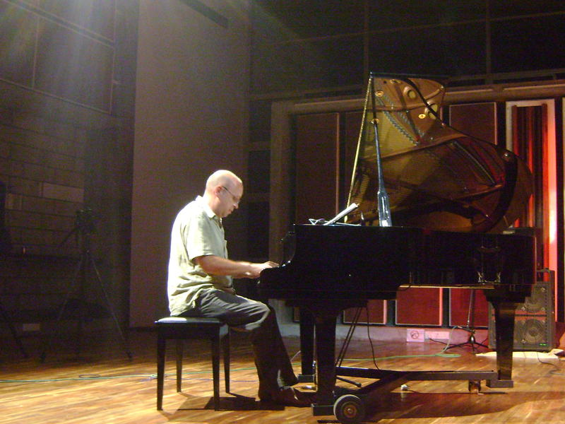 Photographer:Nola | Hartmut on piano