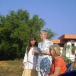 Vera, Frederike addressing the gathered and Isa