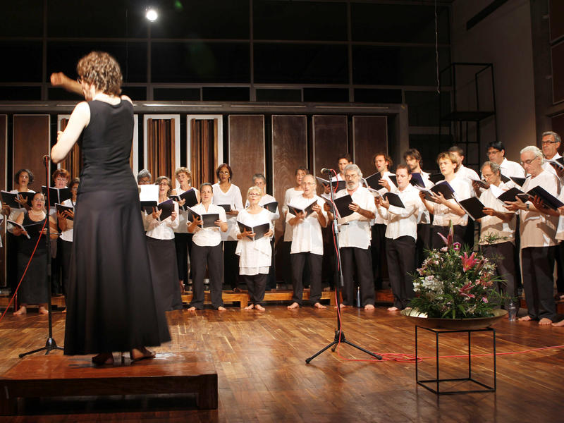 Photographer:Heidrun Holzfeind | Nuria conducting the Auroville Adult Choir