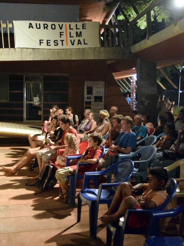 Photographer:Samira | The audience for the live music