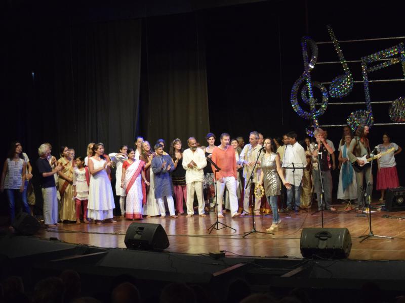 Photographer:Samira Bose   Saying goodbye with an improv jam