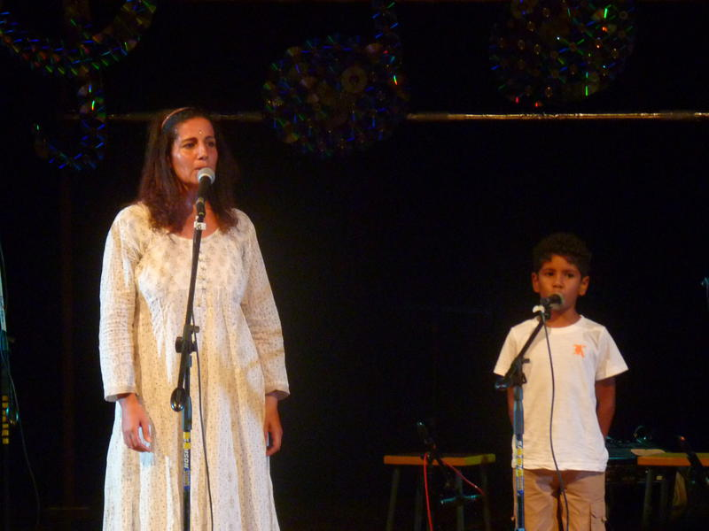 Photographer:Yahalom | From left: Hamsini & Amar singing Mon Emouvante Amour