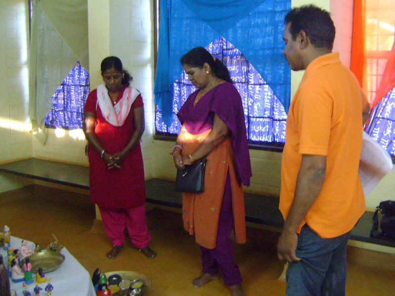 Photographer:Beela | Anand explains visitors the story of evolution, and meaning of differnt gods