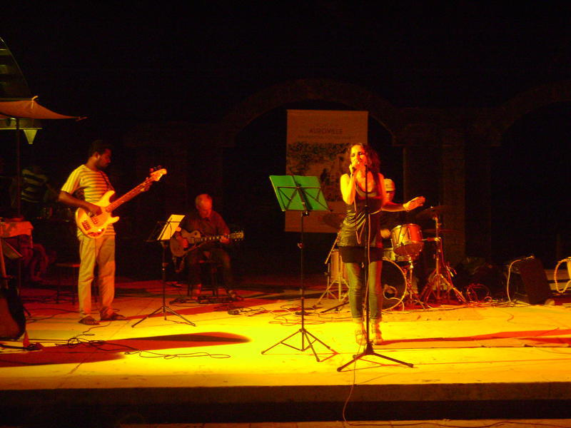 Photographer:Manoj | Anna Taj with the band
