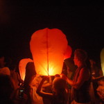 Guests littet Chinese sky lanterns