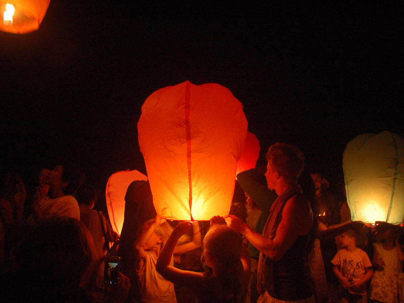 Photographer:Frida | Guests littet Chinese sky lanterns