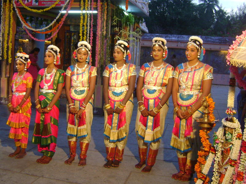 Photographer:Serena | six girls of Auro Amsathvani  Group performing Baharta Natiyam Dance