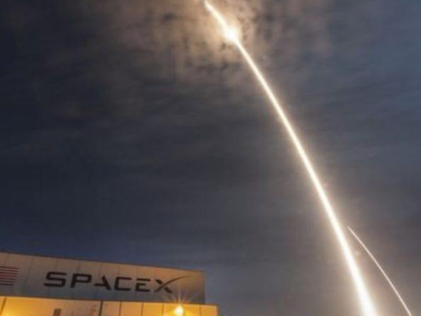Photographer:web   SpaceX - flight around the moone late next year