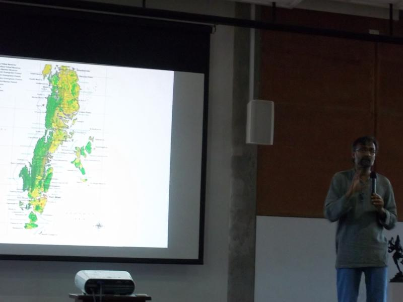 Photographer:Neha | Pankaj Sekhsaria explaining the ecological distribution in Andaman and Nicobar Islands