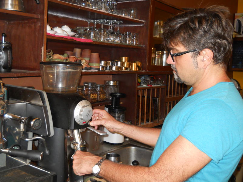 Photographer:Gino | Pressing down the coffee