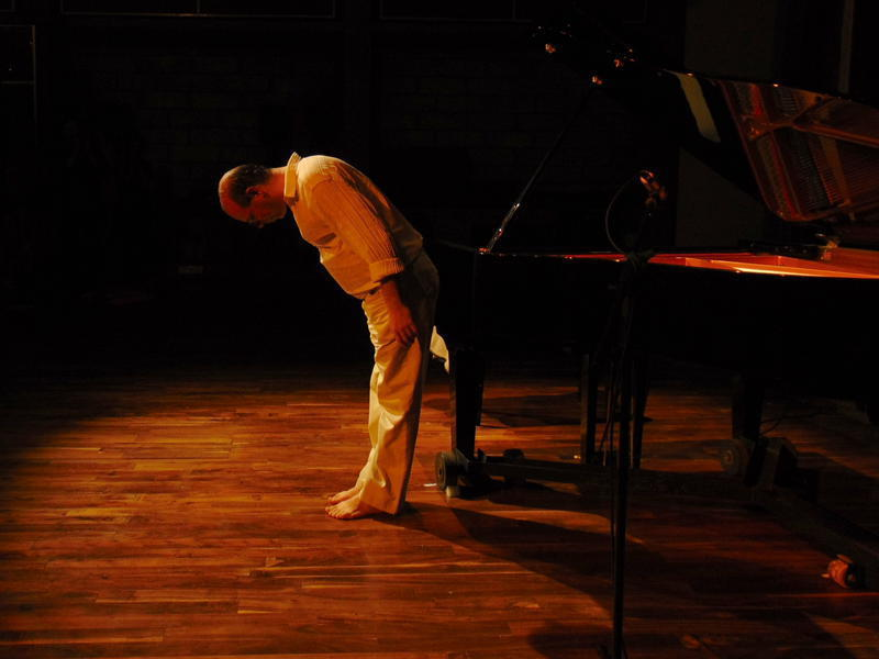 Photographer:Andrea | Frank Gutschmidt bows after his performance as a guesture of thankfulness.