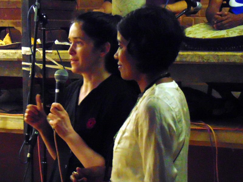 Photographer:Vida   Elena and Uma presenting the show