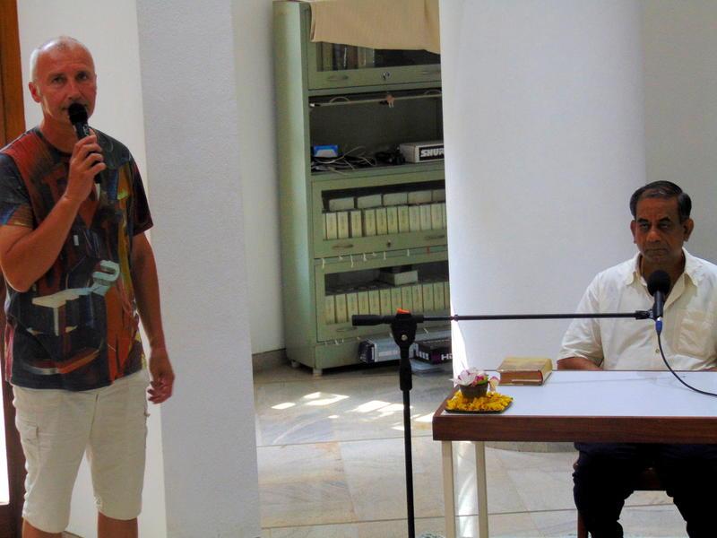 Photographer:Vera   Dennis presenting Dr. Alok Pandey