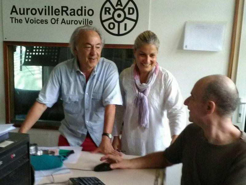 Photographer:Mauro   Mauro (destra), Valeria (centro), Gino (sinistra) allo studio di AurovilleRadioTV