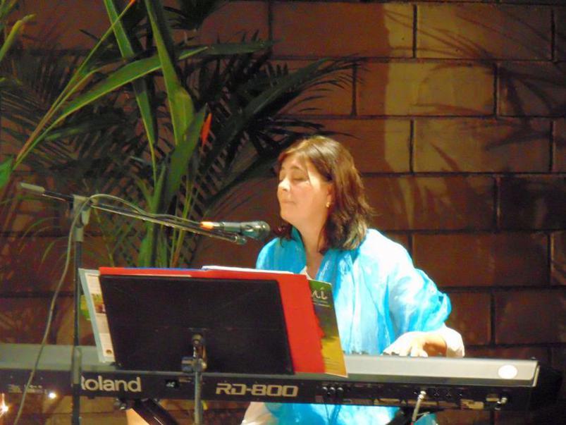 Photographer:maryliz   Shakti plays keyboard and sings