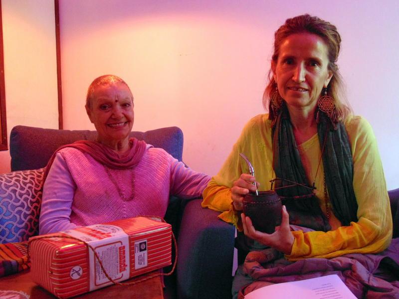 Photographer:radio team | Nancy y Anandi tomando mate